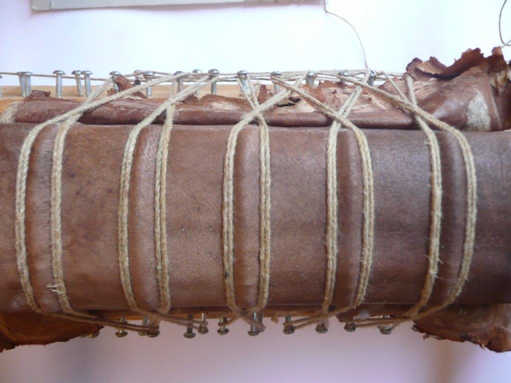 2) Neuer Lederrücken unterlegen (Prozess)