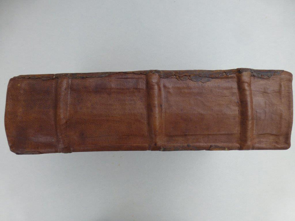 5) Überheftung von gebrochenen Lederbünden. Neuer Lederrücken bei Holzdeckelband. (Nachher)