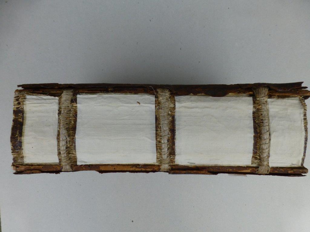 5) Überheftung von gebrochenen Lederbünden. Neuer Lederrücken bei Holzdeckelband. (Prozess)